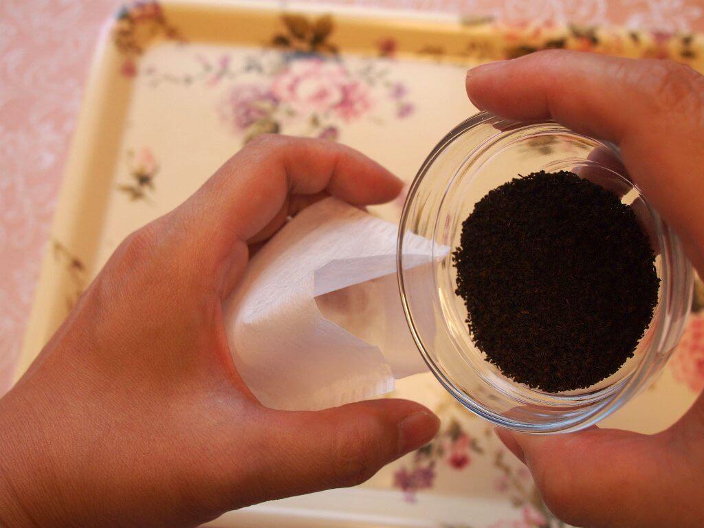 好みの量のリーフティーをお茶パックに入れます。私は小さい茶葉なら3g、大きい茶葉なら4gのリーフティーを入れることが多いです。