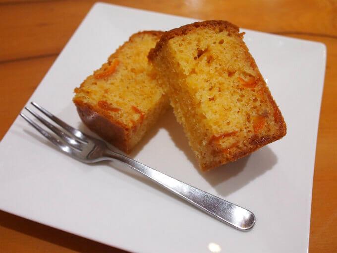 こちらはパウンドケーキ。この日は金柑のパウンドケーキでした。