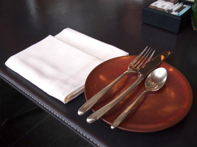 リネンのナプキンとマーシャンのカトラリー。