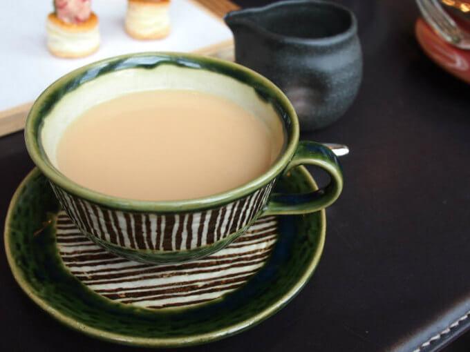 ティーカップは陶器。