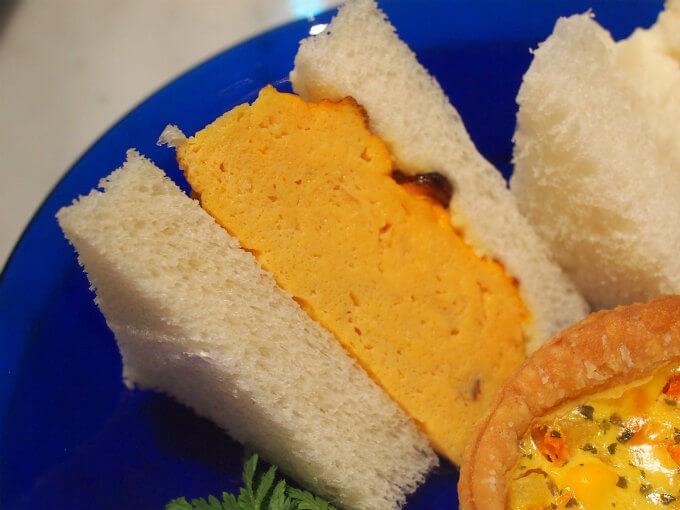 タマゴサンドはしょっぱい卵焼きが挟まれていました。麻布十番の「天のや」のサンドウィッチみたいですね。