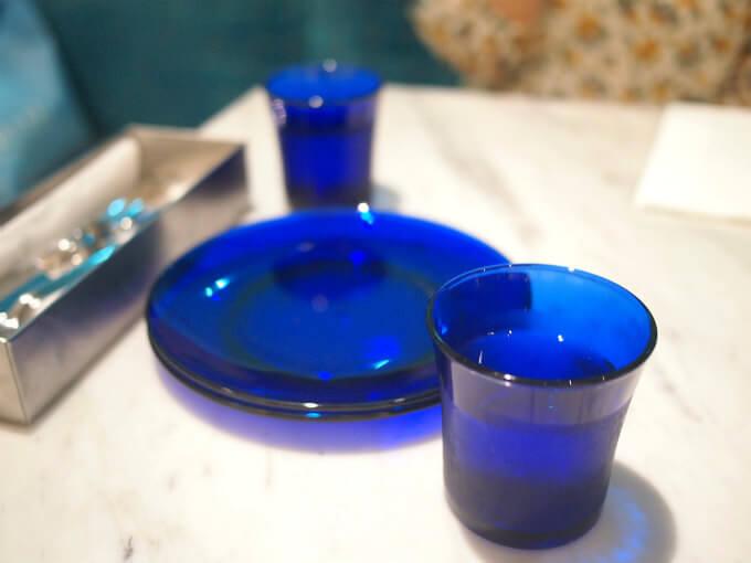 お水のカップと取り皿は青いガラス。