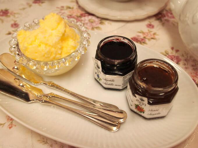 スプレッドは生クリームから作ったクロテッドクリームもどきと苺ジャムとブルーベリージャムです。