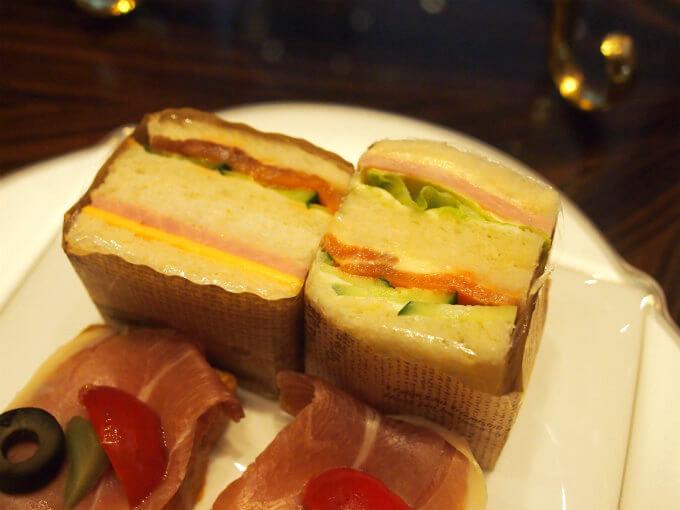 サーモンとキュウリのサンドウィッチとチーズトハムのサンドウィッチ。お友達のほうはレタスとハムのサンドウィッチでした。