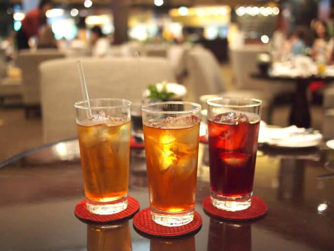 最初はみんなでアイスティーにしました。左からトロピカルオレンジ、スペシャルアールグレイ、ローズヒップディライト。アトリウムラウンジの紅茶はロンネフェルトのもので、すべての紅茶がアイスティーにしてもらえます。