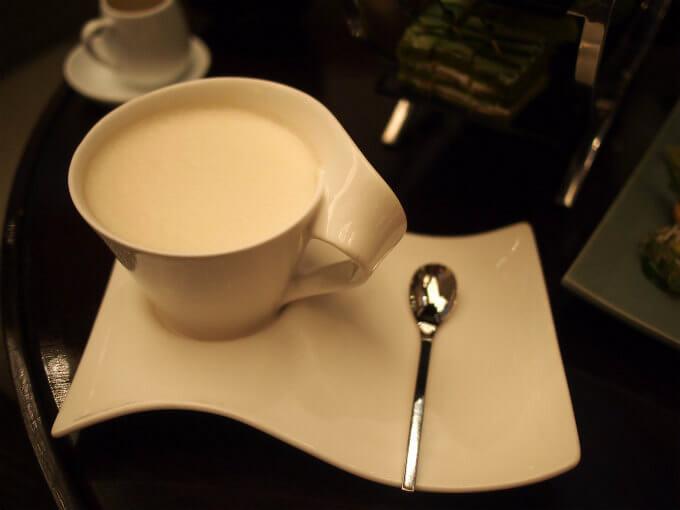 こちらはロイヤルミルクティー。茶葉はアイリッシュウイスキーで蜂蜜付きでした。