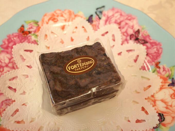 フォルテピアノ(定番ケーキ) カカオマス、夏みかんピール、くるみ、ラムレーズン、ココナッツを使ったケーキ。カカオマスと夏みかんピールの相性がバッチリの美味しいチョコレートケーキ。