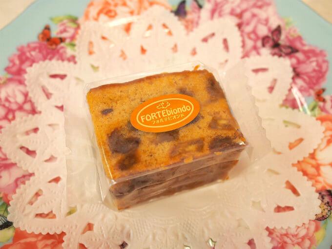 フォルテビオンド(定番ケーキ) りんご、ジンジャー、カシューナッツ、ラムレーズン、シナモンを使ったケーキ。シナモンとジンジャーとりんごの組み合わせが絶妙です。