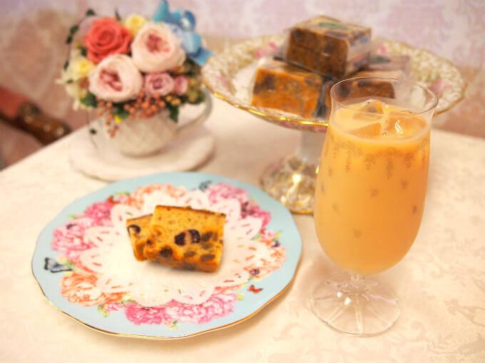 ケーキのプレートはロイヤルアルバートのミランダ・カーコレクション です。
