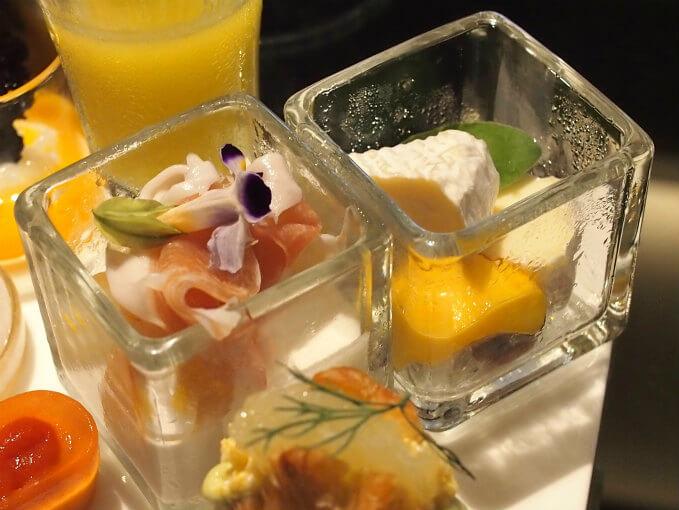 左がココナッツムースと生ハム セビーチェ。右がフレッシュ&ドライフルーツとカマンベール。