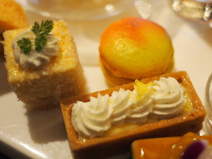 パッションフルーツのムースとマンゴーマカロンとレモンタルト。