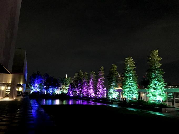 グランラウンジのアフタヌーンティーの後は屋上で開催されていたデジタルアートのイベントも楽しんで来ました。幻想的なライトアップは8月いっぱいまで。日没から23:00まで入場は無料です。