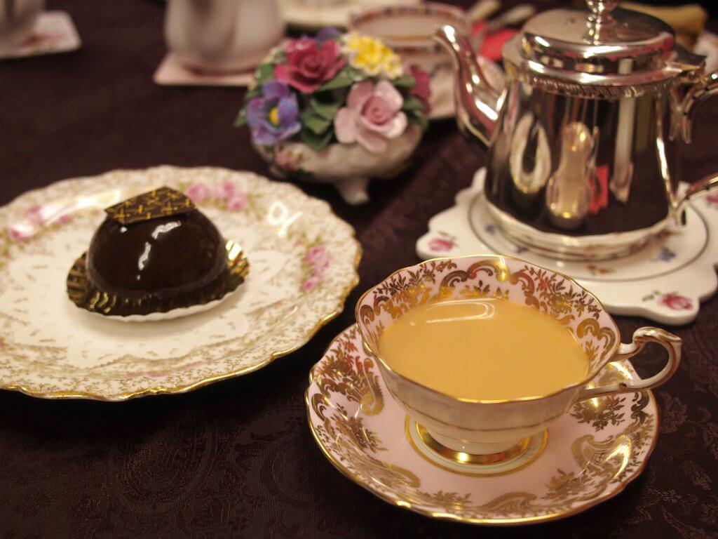 チョコレートケーキにはウバのミルクティーがよく合います。