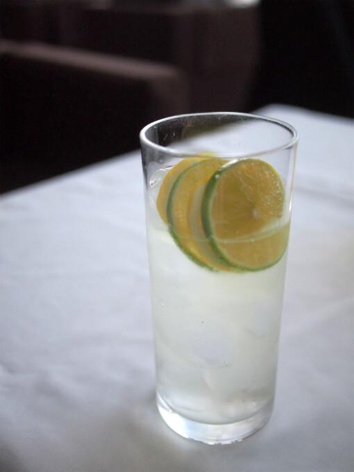 レモネードも選べました。レモンとライムがオシャレです。