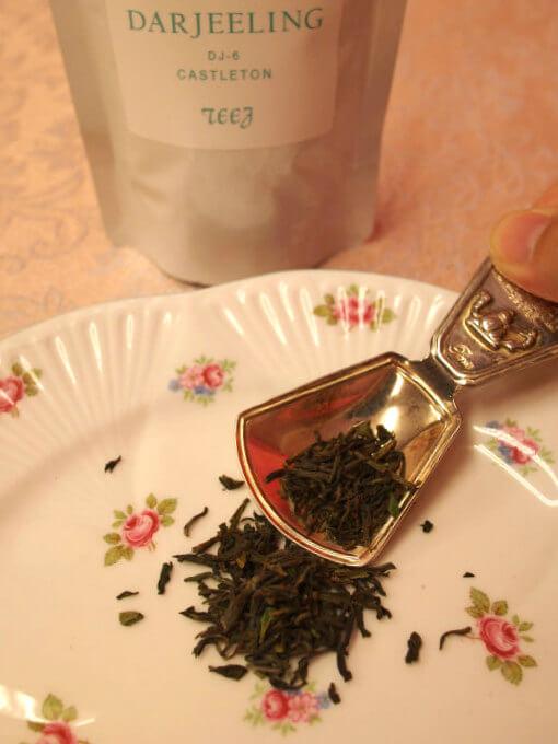 こちらは2018年のダージリンファーストフラッシュ3茶園セットに入っていたキャッスルトンの茶葉。緑がとても鮮やかで封を開けた瞬間からいい香りがしてきました!