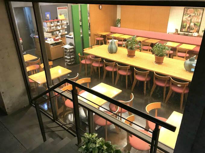 地下一階といっても明るい雰囲気の店内。左の方には紅茶の販売コーナーもあります。