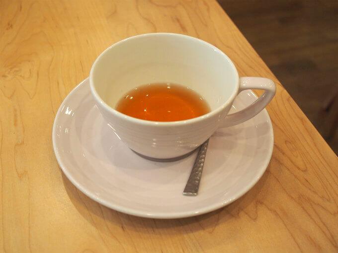 ティーフリーではカップに入れてもらえる紅茶は少しだけなので、たくさんの種類の紅茶をいただくことが出来ます。こちらは「BERRY CAKE DE PARIS」マスカット、ストロベリー、ブルーベリー、バニラのフレーバーティー。