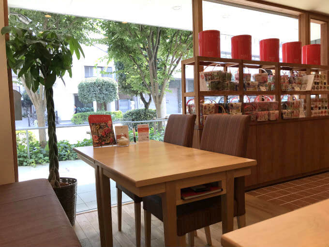 The Tee TOKYO(byムレスナティー)の窓際のお席。都心にあるお店なのに緑がよく見えて素敵な空間です。