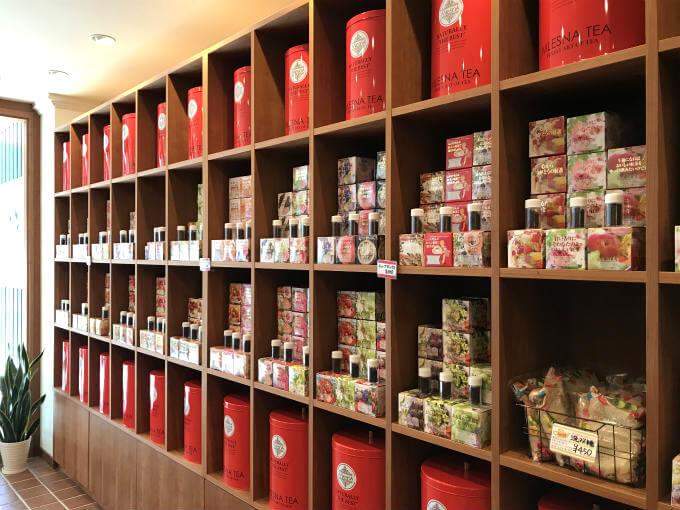こちらが茶葉の販売スペース。ムレスナティーで扱っている紅茶の種類は150くらい。期間限定や販売が終了する紅茶もあるけれど、新作がどんどん出るのでいつもたくさんの種類の紅茶が並んでいます。