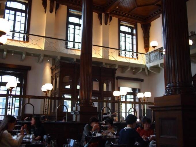 「三菱一号館」はイギリスの建築家ジョサイア・コンドルの設計で当時イギリスで流行していたクイーン・アン様式が用いられています。