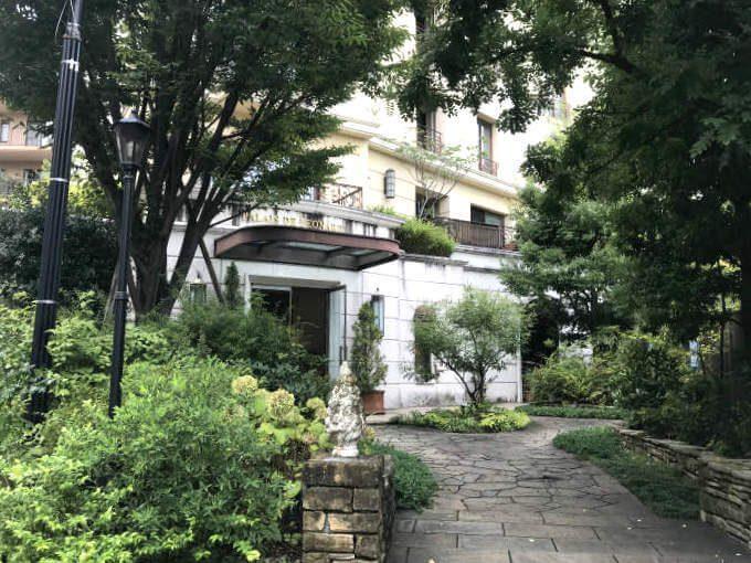 フィオーレの森マンション 「パレスドレオナール1」 の玄関に入ります。