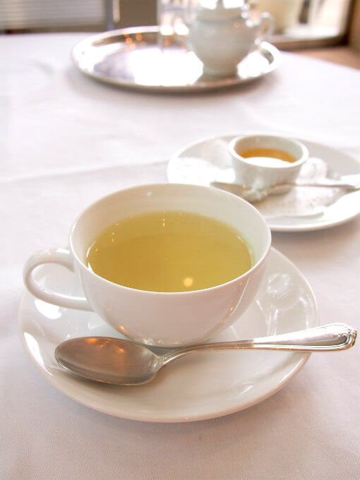 ティーポットの紅茶を飲み終えると2杯目の飲みのがサービスされます。こちらはミントティー。はちみつ付きです。