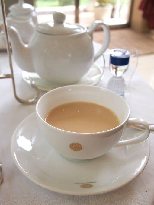 ティーポットには2.5杯分くらいの紅茶が入っています。2杯目はミルクティーにしました。