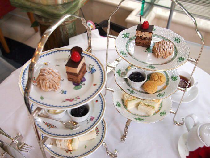 ケーキスタンドのプレートはリチャードジノリのイタリアンフルーツとヘレンドのアポニーグリーンでした。素敵すぎる!!!