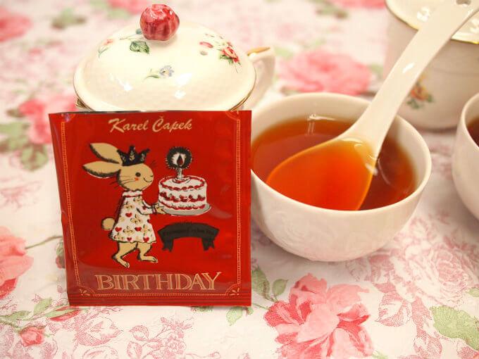 こちらはカレルチャペック30周年を記念して作られたフレーバーティーの「BIRTHDAY」 ディンブラ茶にミックスベリーのフレーバーを付けたもの。カレルチャペックのディンブラは昔から定評のある紅茶。そのディンブラのなかでも特別なディンブラを使用しています。