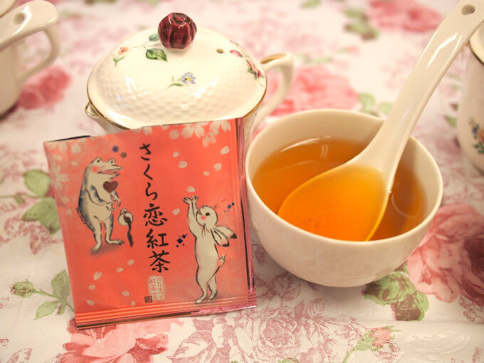 こちらは毎年春に販売される「さくら恋紅茶」桜桃のフレーバーティーです。ベースのヌワラエリヤが桜桃にぴったりで茶葉の美味しさもフレーバーの美味しさも感じられる逸品!春の限定茶だけど人気が高く再販になったのも納得です!!!