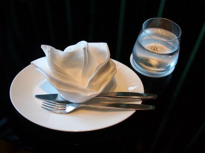 取り皿もNIKKO。カトラリーはイタリアのMEPRA(メプラ)。