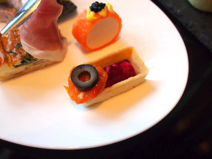 オリーブの下は杏子に見えたけど、セミドライトマトでした。