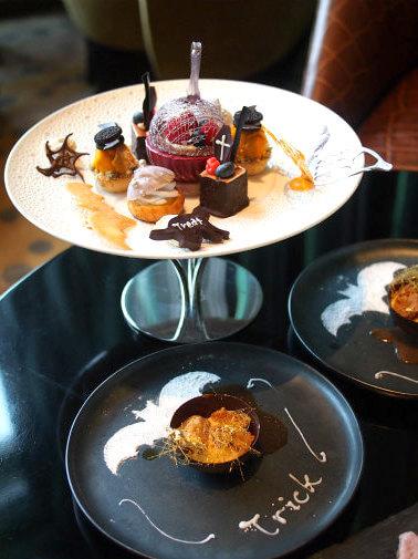 「スカイギャラリーラウンジ レヴィータ」のハロウィンアフタヌーンティー2人分のケーキスタンド。この他セイボリーとスコーンのプレートが付きます。