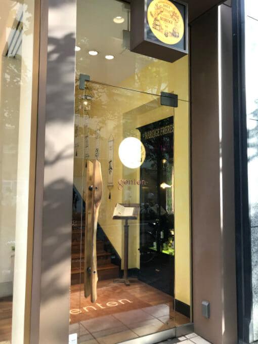マリアージュフレール銀座松屋通り店の入り口。入り口はかばん屋さん(genten)の横にあります。