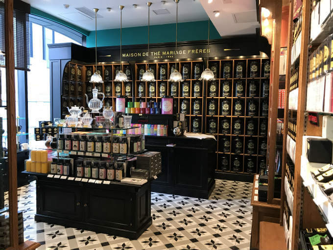 階段を上ると左手に茶葉などの販売スペース。