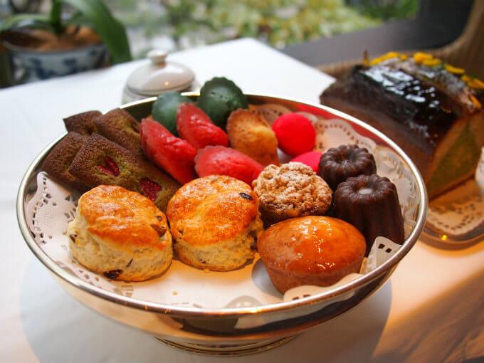 焼き菓子を選ぶときはテーブルまで運んできてくれました。緑のマドレーヌは柚子フレーバー、赤いマドレーヌはマルコポーロで風味づけされたもの
