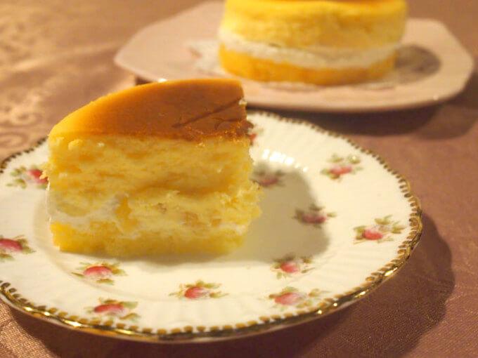 ベイクドチーズケーキのなかに生クリームとりんごのコンポートがサンドされています。