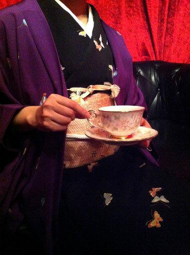 紅茶をローテーブルでいただくときはソーサーも一緒に持ちましょう。