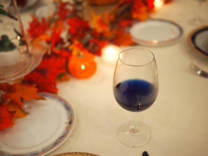 色が変化するバタフライピーティーはハロウィンにぴったりなドリンク。各テーブルにもサーブしてくれました。