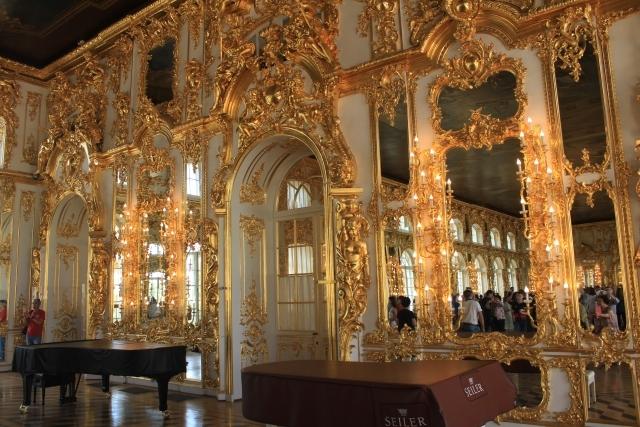 内部もとてもきらびやかな宮殿です。
