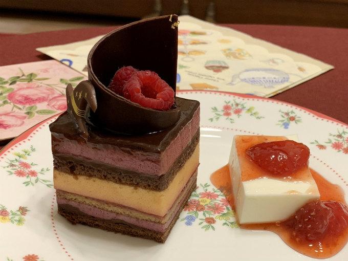 もたもた撮影していたらチョコレートが溶けてしまったので、層がよく分かるように裏側の写真もアップします。右側はお友達が作ってくれたレアチーズケーキです。