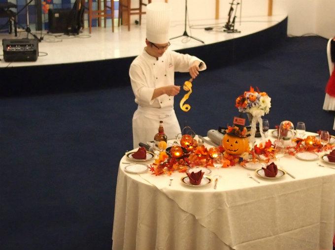 シュビア赤坂のパティシエ福山さんが紅茶(ダージリン)を使ったクレープシュゼットのパフォーマンスを披露してくれました。