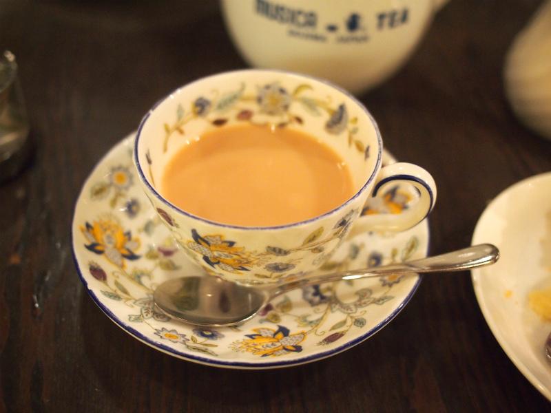 クリスティーはイギリス式なのでティーポットには茶葉が入ったままです。だから2杯目はミルクティーにすると美味しくいただけます。紅茶が濃いと感じるときは差し湯をいただけます。