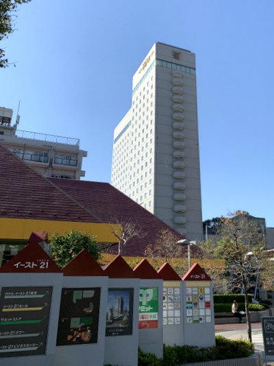 ホテルイースト21東京の外観。周りには他に高い建物がないのでとても目立ちます。
