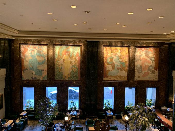 アールヌーボーチックな大きな絵が飾ってあります。