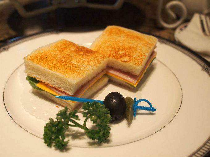 トーストサンドウィッチとピクルス