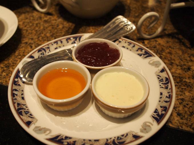 スコーンのスプレッドはクロテッドクリーム、いちごジャム、はちみつ。