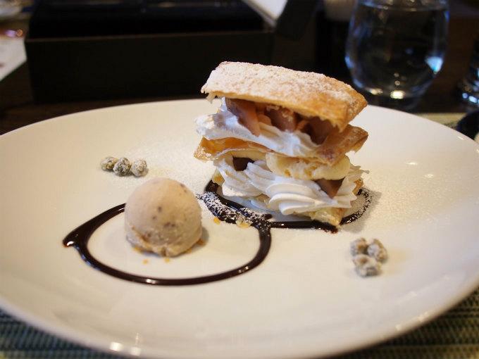 こちらは秋の一皿「信州りんごのメープル&バルサミコのエチュベ ミルフィーユ仕立て 渋皮栗のアイスを添えて」