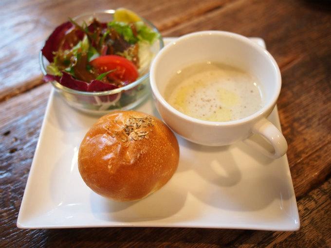 こちらはカルイザワブレックファストセットのパンをエンゾ(クリームチーズとアンチョビ)に変えたもの。