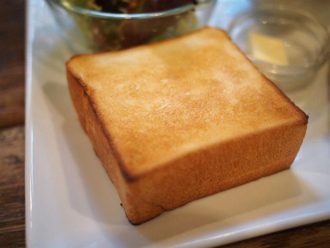 トーストは小さめだけど厚めです。